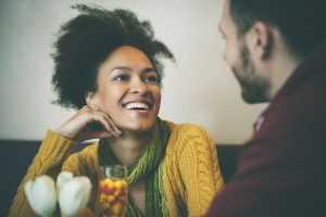 Как познакомиться с классным парнем на улице и не только: секреты успешного флирта