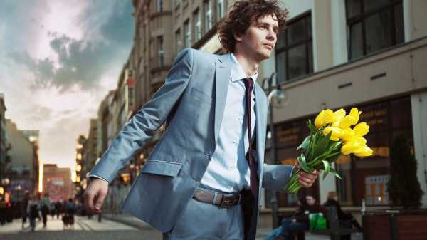 a-man-with-flowers-wallpaper-www.1366x768.ru