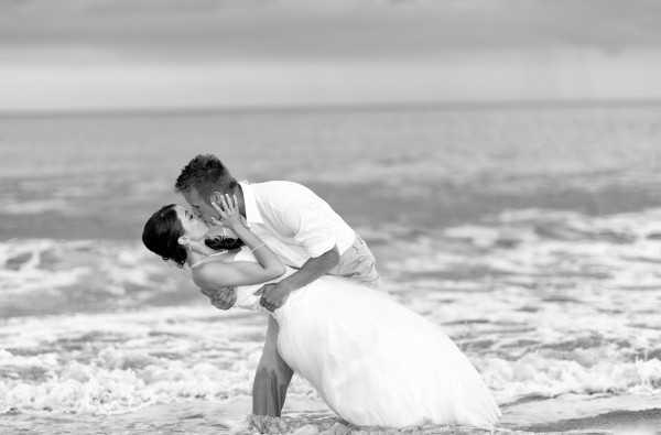 svadba-nevesta-poceluy-lyudi