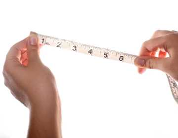 девушка держит сантиметр