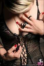 Женщина испещрена пуговками, кнопками, застёжками и завязками, созданными с единственной целью - проверить мужскую сообразительность.