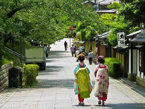 Именно поэтому, запретив в 1957 году проституцию, японцы сохранили кварталы проституток.