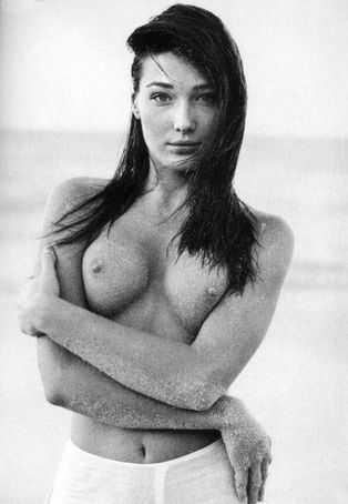 Карла Бруни единственная первая леди, чья грудь знакома любому.